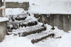 冬天 台阶 人们在走非常多雪的台阶到地下过道 人们在跨步冰冷的台阶,溜滑台阶 图库摄影