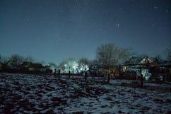 冬天满天星斗的天空在村庄 库存照片