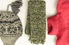 冬天给强烈地色的羊毛穿衣 Neckcloth、帽子和毛线衣 免版税库存照片