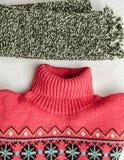 冬天给强烈地色的羊毛穿衣 Neckcloth和毛线衣 免版税库存图片