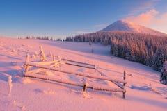 冬天黎明在山村 免版税库存照片