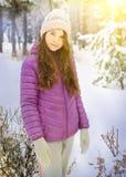 冬天黎明夹克的青少年的俏丽的女孩在公园 免版税库存图片