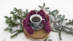 冬天结构的手套和咖啡杯 免版税图库摄影
