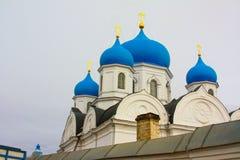 冬天 美丽的东正教在俄罗斯,有明亮的蓝色圆顶的 库存照片