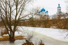 冬天 美丽的东正教在俄罗斯,有明亮的蓝色圆顶的 免版税库存图片