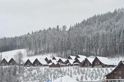 冬天滑雪瑞士山中的牧人小屋,多雪的风景,与拷贝空间的冬天背景 免版税库存照片