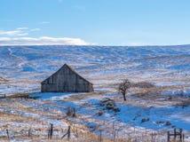 冬天` s雪的老谷仓 库存照片