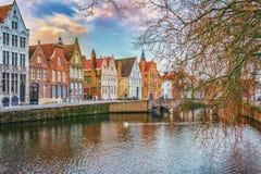 冬天从Spiegelrei的运河视图沿Verversdijk,布鲁日,比利时 免版税库存图片