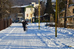 冬天arriwed与雪在城市 免版税库存图片