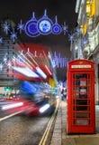 冬天nightscene在一装饰的highstreet的伦敦圣诞节的 库存图片