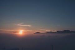 冬天sunriseover山 免版税库存图片