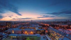 冬天timelapse的晚上城市 冬天视图的晚上城市从屋顶timelapse 在镇和屋顶的全景 免版税库存图片