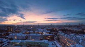 冬天timelapse的晚上城市 冬天视图的晚上城市从屋顶timelapse 在镇和屋顶的全景 库存图片