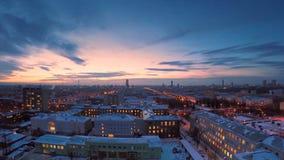 冬天timelapse的晚上城市 冬天视图的晚上城市从屋顶timelapse 在镇和屋顶的全景 免版税库存照片