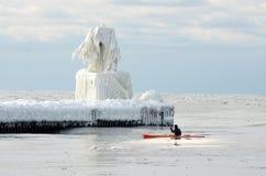 冬季体育在白色树荫下  免版税库存照片
