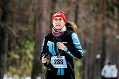 冬季体育的少妇给连续森林穿衣 免版税库存图片