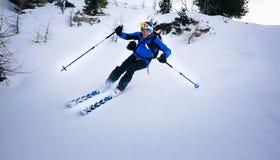 冬季体育:在粉末雪的人滑雪 免版税库存图片