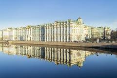 冬宫在圣彼德堡和反射在涅瓦河 库存图片