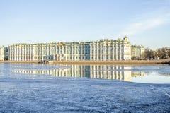 冬宫在圣彼德堡和反射在涅瓦河 免版税库存照片