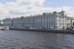 冬宫的看法从宫殿桥梁的在一个夏天晴天在圣彼德堡 库存照片