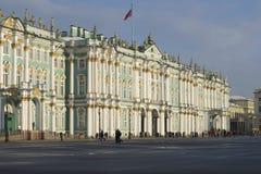 冬宫的门面从宫殿正方形的 大教堂圆屋顶isaac ・彼得斯堡俄国s圣徒st 免版税库存图片