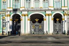 冬宫门在圣彼德堡,俄罗斯 免版税库存照片