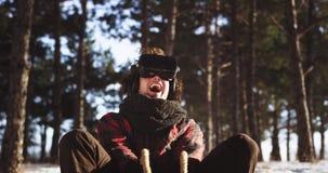冬时有吸引人大的微笑的一个人享受在打一场真正比赛的雪橇的时间使用 股票视频