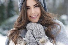 冬时的美丽的妇女 免版税库存照片