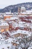 冬时的,在多雪的屋顶的看法布拉格 图库摄影
