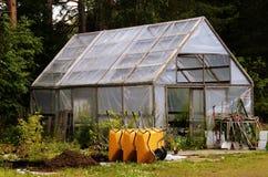 冬景花园、独轮车和园艺设备 免版税库存照片