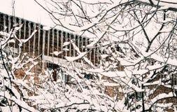 冬景花园的老砖房子 免版税图库摄影