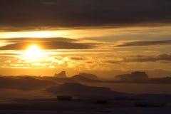 冰、冰山和南冰洋日落的在冬天eveni 免版税库存照片