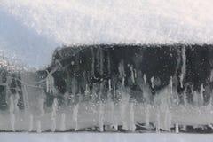 冰一条冻河的表面上 库存图片