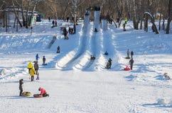 滑冰与小山在冬天 乌拉尔河银行,奥伦堡,俄罗斯 02/04/2017 免版税库存图片
