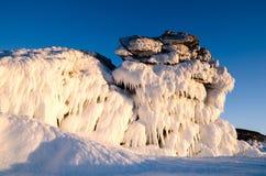 冰从冻岩石,意想不到的冬天风景,特写镜头的龙 库存照片