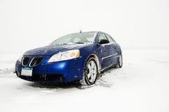 冰停放的轿车页 库存图片