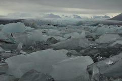 冰充满的盐水湖在南冰岛 免版税库存图片