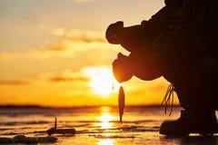 冰冬天渔的钓鱼者渔夫 日落 库存照片