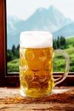 冰冷的啤酒大啤酒杯在小酒馆 库存照片
