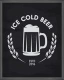 冰冷的啤酒海报 在黑板背景的客栈象征 传染媒介葡萄酒例证 库存图片