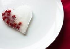 冰冷的心脏用莓果 免版税图库摄影