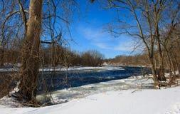 冰冷的急流在法明顿河在冬天 库存图片