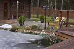 冰冷的村庄池塘 库存图片