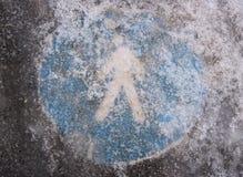 冰冷的步行道-交通标志 免版税库存照片