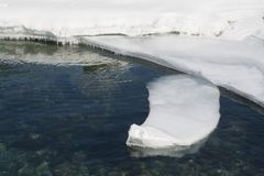 冰冷的水背景与石头的 库存照片