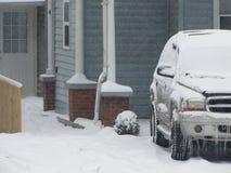 冰冷的汽车和冷的议院 库存图片