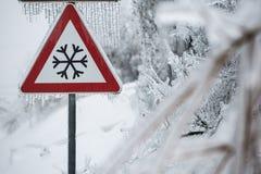 冰冷的路的交通标志 免版税库存照片