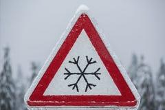 冰冷的路的交通标志 库存图片