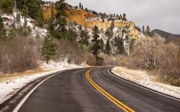 冰冷的车行道犹他疆土高速公路89个冬天旅行 库存照片