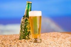 冰冷的绿色未贴标签的瓶在的啤酒 免版税库存照片